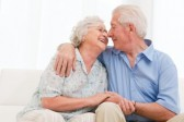 starší párik milujúcich sa ľudí